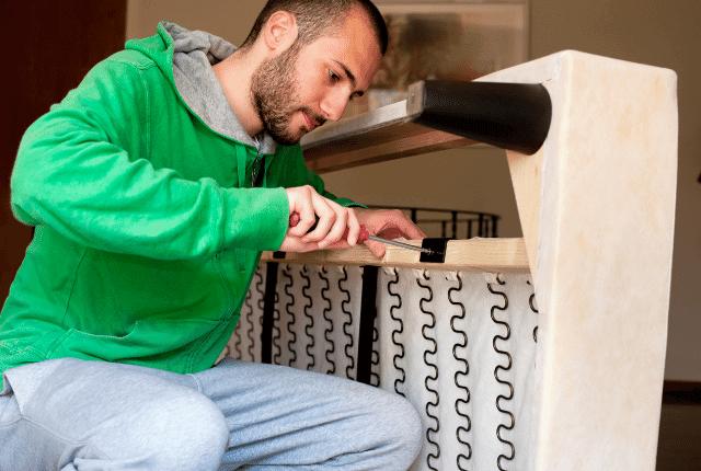 איש מבצע תיקון ספות בבית הלקוח