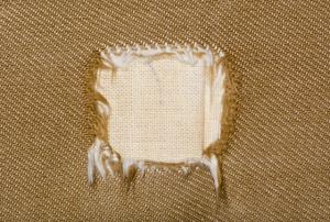 קרע בספת בד המצריך ביצוע תיקון קרע בספת בד