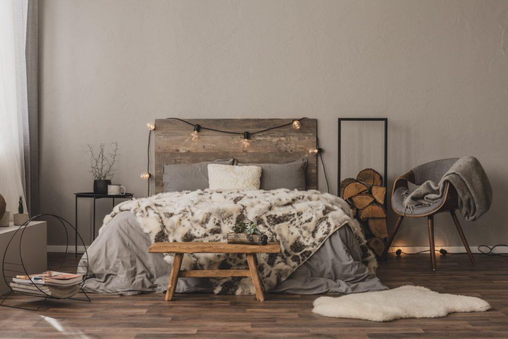copy-space-on-empty-grey-wall-of-stylish-bedroom-i-7WMJZXT.jpg